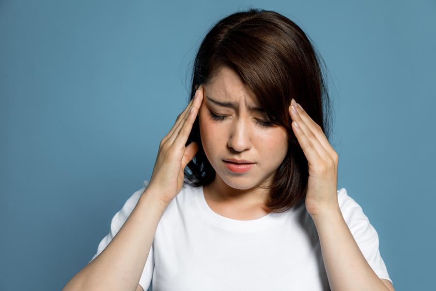 女性ホルモンバランスが乱れると、頭痛や生理不順などの不調が生じやすくなります